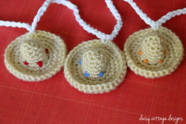 This mini sombrero crochet pattern is perfect for Cinco de Mayo and your next taco party. Quick and super easy to make, they're adorable for many different uses.
