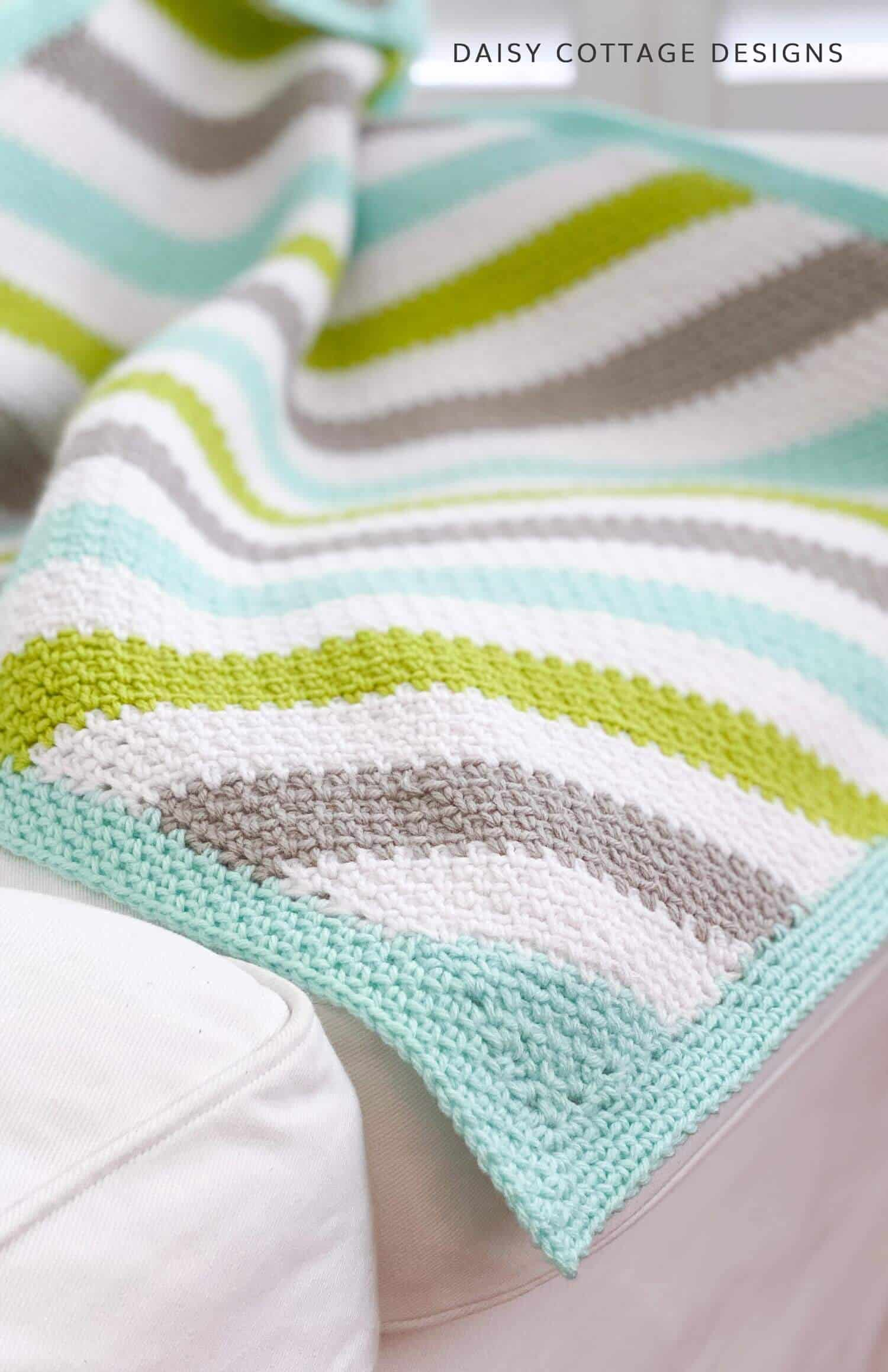 Fall in love with this corner to corner moss stitch crochet tutorial (aka the linen stitch & granite stitch). This crochet pattern is perfect for any skill level.